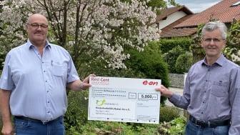 5.000 Euro für den guten Zweck: Vorsitzender Josef Hofbauer (li.) sowie Kassenwart Fritz Dietl (re.) von der Kinderkrebshilfe Rottal-Inn