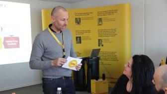 Noget af det, der gør DHL Express til en af Danmarks bedste største arbejdspladser er, at der er en del intern træning af medarbejderne. Her er adm. direktør Claus Lassen i gang med at undervise nogle af de danske medarbejdere.