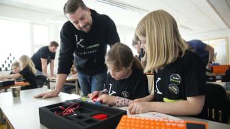 Kodeklubben Hadeland er satt i gang av engasjerte foreldre som ønsker å vekke nysgjerrigheten til barna for teknologi. De var en av flere kodeklubber som fikk støtte til utstyr til koding i 2019. (Foto: Sverre Chr. Jarild)