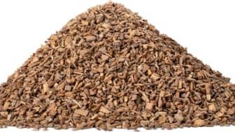 Lappset Träfyllnad™ framställs av tall utan tillsatser. Granulatets korn rundas av vilket ger en finslipad, slät och jämn kvalitet.