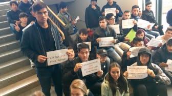 Elever sittstrejkar i sin skola för uppehållstillstånd