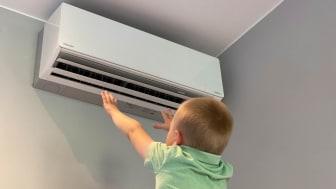På varme dager kan du få deilig, kjølt luft fra varmepumpen uten at det krever mye strøm.