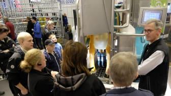 Henning Deharde hade fullt upp att demonstrera den nya mjölkningsboxen från GEA på Elmia Lantbruk.
