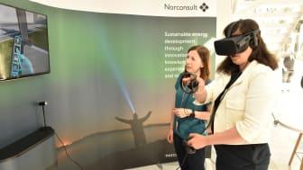 Norconsults Alison Lem demonstrerer VR-modellen Norconsult har bygd i forbindelse med oppgraderingen av Thorvald Meyers gate i Oslo for en deltaker på årets Women in VR.