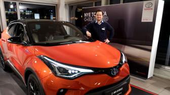 Klar for lansering: Dagfinn Eilertsen med nye Toyota C-HR som lanseres i Narvik denne uken. Foto: Nordvik AS.