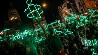 Buenos Aires december 2020. Aktivister från Amnesty Argentina firar att senaten röstat för lagförslaget om att legailsera abort. Foto: Tomás Ramírez Labrousse