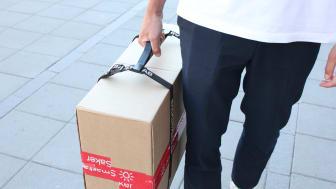 Med bärhandtaget blir det enklare att bära hem stora paket från posten.