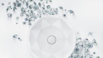 Octagon tvättställ med exakta vinklar, tunna sidor och fina fasetter, skapar ett imponerande uttryck med ett diamantliknande mönster.