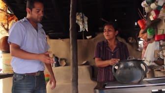 Via ett FN-godkänt projekt investeras pengarna från klimatkompensationen i nya och effektiva spisar som förbättrar inomhusmiljön för 490 familjer i Honduras.