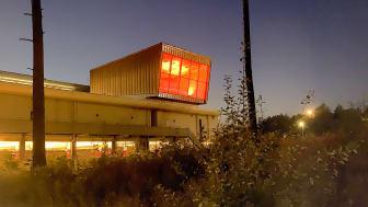 Scandinavian XPO:s Sky Box, hjärtat i den nya event- och mötesarenan, som tänds i rött i solidaritet med mötesbranschen