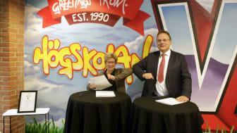 Monica Hanson, kommunalråd Trollhättans stad och Martin Hellström, rektor Högskolan Väst signerar samarbetsavtal om mentorprogrammet Näktergalen.