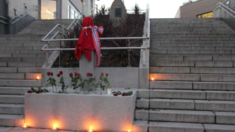 Statuen før avdukningen kloken 17:00 fredag 6. november.