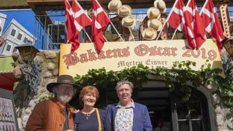 Årets modtager af Bakkens Oscar skuespiller Morten Eisner sammen med sin bror Bakken-maler Jeppe Eisner og Professor Tribinis datter Aase tribini.