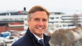 Elektroskandias VD Anders Nordlöw med huvudkontoret i Sollentuna i bakgrunden.