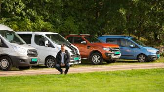 Salgssjef Johnny Løvli, salgssjef nyttekjøretøy Ford Motor Norge viser stolt frem deler av Ford Norge's nyttekjøretøysortiment