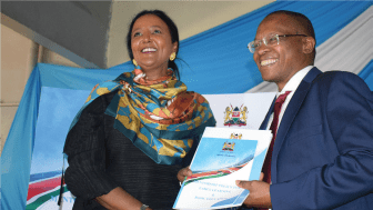 Kenyas utbildningsminister Dr. Amina Mohammed och  I Choose Life Africa's ledare Mike Mutungi. Foto: Sheila Mwania (ICL)