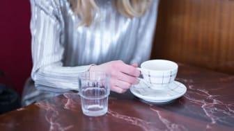 Även att lyfta en kaffekopp är en rörelse som kroppen förbereder. Foto: Ulrika Bergfors
