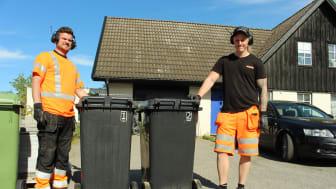Johan Thörner (t.v.) har jobbat en vecka på renhållningen och har haft fullt upp med att byta kärl tillsammans med nya kollegan Martin Andersson.