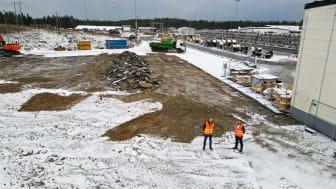 Lars Josefsson, VD Nexans Sverige och Syamend Al Ali, fabrikschef Nexans visar var det nya automatiserade logistikcentret ska uppföras.