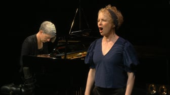 Kerstin Avemo. Vid pianot Karin Holm.