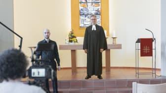 Bei der Video-Produktion: Stefan Betzler (freier Mitarbeiter der Hephata-Öffentlichkeitsarbeit, von links), Organist Martin Kaiser und Pfarrer Maik Dietrich-Gibhardt.