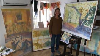 Marianne Degerman med fyra av de fem akrylmålningar som ska utsmycka ett trapphus i Örebro.