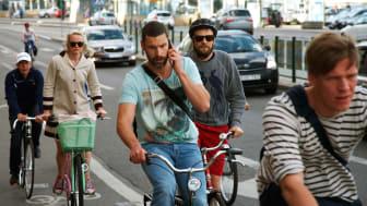Var femte cyklist cyklar med musik i öronen