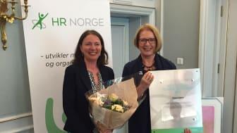 STOLTE VINNERE: Solfrid Skilbrigt (til venstre) og Hilde Solberg Holm tok imot Kompetanseprisen 2016 på HR-folkets store happening, Kompetansedagene.
