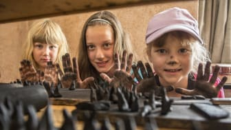 Schwarze Hände inklusive- Räucherkerzen selbst herstellen