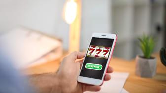 Spel på kredit är olagligt men ändå erbjuder många licenserade spelbolag fakturaspel.