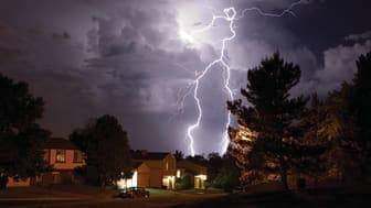 Parhaan suojan sähkön häiriötilanteita vastaan antaa ylijännitesuojan ja UPS-laitteiden yhdistelmä. Kuva: Schneider Electric