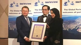 Visma Consulting har modtaget prisen 'Maritime Services Provider of the Year' ved Global Ports Forum Awards 2018 i Dubai. Tv. ses Torben Ryttersgaard, adm. direktør hos Visma Consulting A/S.