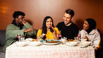 Hassan Maikal (@Hassan Maikal), Elisa Aryal, Valtteri Sandberg  ja Salma (@salmajj) yhteisen illallispöydän äärellä CokeTV:n Ramadania käsittelevässä jaksossa.