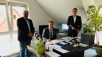 Zeichnung des Kommunalvertrages für zwölf Liegenschaften. Von links: Stefan Teutscher (DG Sales Manager Kommunal), Adrian Roskoni (Bürgermeister), Lennart Götte (DG Sales Manager FTTH).