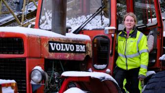 Sofia Eriksson, på DA Maskin, framför en av sina personliga favoriter: Volvo BM.