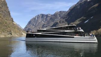Her setter verdas fyrste heilektriske fartøy avgårde - gjennom ein av verdas vakraste og skjøraste fjordar. Foto: Malene Romestrand / Flåm AS