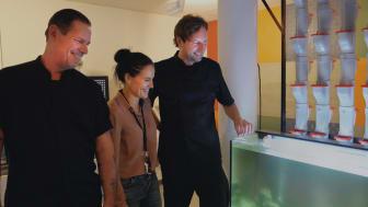 Patrice Viazzo, Sofia Jensen och David Andersson vid Ugglums skolas akvaponi – en vattenbaserad kretsloppsodling som kommer ge örter till matlagningen.