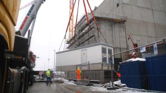 Heavy Metal für Bio-Mehl: Die mittels Autokran angelieferte Trafostation des Bayernwerks wird künftig den Neubau der Antersdorfer Mühle mit Strom versorgen.