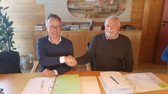 Signering av kontrakt for bygging av ny dypvannskai på Monstad. Jan Petter Birkeland for Fosen Vind og Helge Stjern for Stjern Entreprenør.