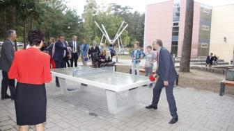 Landrat Daniel Kurth (r.) und Bernaus Bürgermeister André Stahl probieren die Geräte auf dem neu gestalteten Campus aus. Foto: Pressestelle LK Barnim/Oliver Köhler