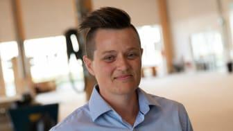 Mai-Britt Kristiansen, underviser på Tradiums tømreruddannelse, har som den første fået Byggeriets Faglærerpris for på exceptionel og usædvanlig vis brænde for at motivere, bakke op om og løfte unge til at blive dygtige håndværkere.