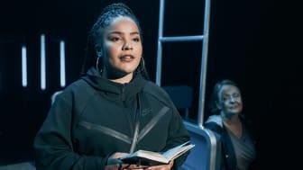 Skodespelar Jenny Mueni Ndunda i Linje 5 av Zeshan Shakar og Don Martin er av den typen historier Det Norske Teatret og Samlaget ønskjer fleire av. Foto: Dag Jenssen.