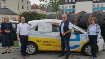 5.000 Euro für den guten Zweck (v.l.n.r.): Tanja Kagerer und Dominik Lew vom Bayernwerk sowie Johann Aigner und Karin Voggenreiter von den Arnstorfer Tafeln