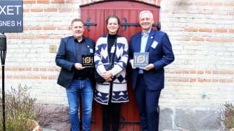 Claus Udengaard, driftschef i Kokkenes Køkken, Maj Toppenberg, direktør i Kokkenes Køkken, og Erland Vendelboe, afdelingschef i TDC, var mødt op til årets økotopmøde for at modtage landets øko-spisemærke nr. 3.000 af fødevareminister Mogens Jensen.