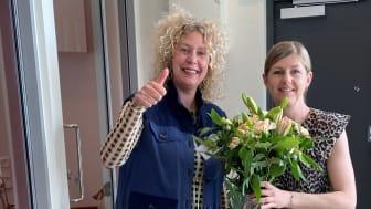 Malin Eriksson och Johanna Flodell fick blommor i samband med den lyckade säljstarten