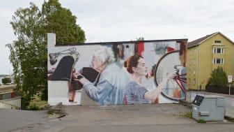 Helen Burin loistelias teos ikuistui Kotkan Nelosteatterin seinään UPEA18-taidefestivaalin myötä. Kuva: Linda Varoma.