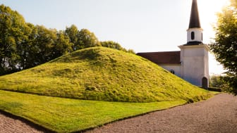 Kung Ranes hög ligger precis intill Flistad kyrka utanför Tidan i Skövde kommun. Foto: Next Skövde, Mårten Bergkvist