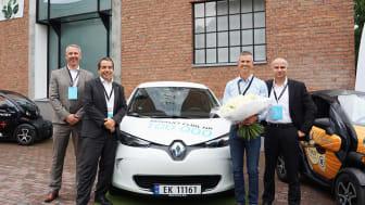 Åsmund Gillebo med den hundratusende sålda Renault elbilen överlämnad av Anders Gadsboll, VD RBI Norge AS