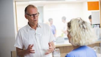 - Det är viktigt att ha en kontinuerlig dialog med medarbetarna på akuten, så att vi tillsammans kan ta hand om inkommande patienter på bästa sätt, säger Staffan Gröndal. Här i samtal med Malin Hellgren, sektionschef på akuten.