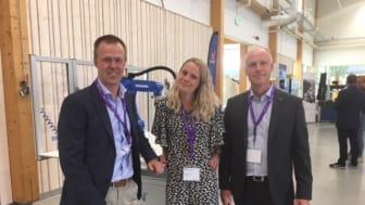 Fr.vänster: Andreas Ulvagården, Volvo CE, Maja Karlberg, verksamhetsansvarig för Epic samt Niklas Richardsson, försäljningschef robotsystem på Yaskawa Nordic.